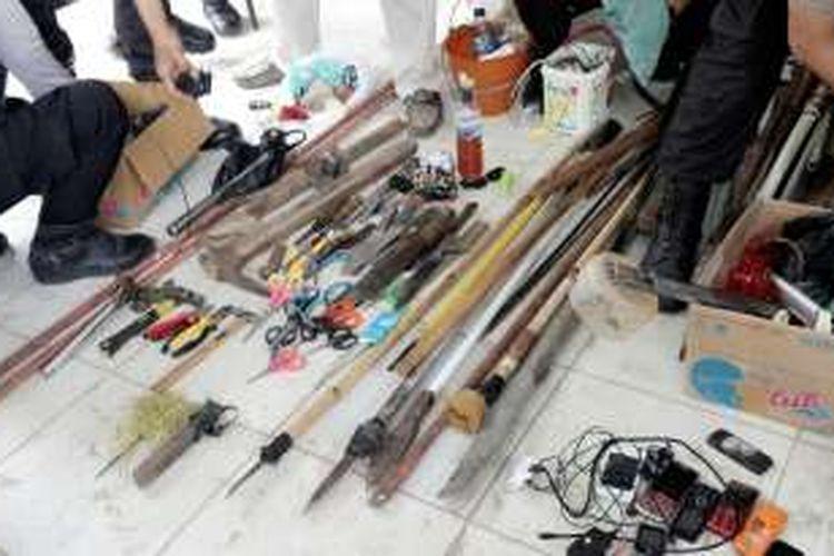 Ratusan senjata tajam dan tumpul disita aparat kepolisian dari Lapas Gorontalo pascabentrokan yang dipicu penganiayaan polisi oleh puluhan narapidana
