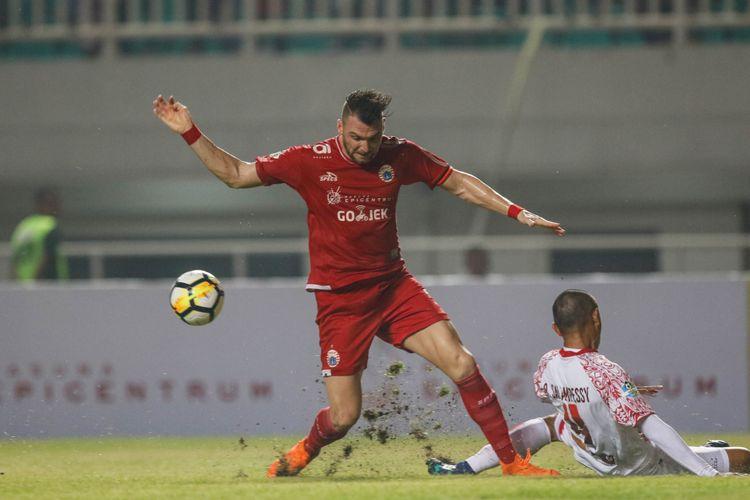 Pemain Persija Jakarta Marco Simic berebut bola dengan pemain Persipura Jayapura saat Liga 1 2018 di Stadion Pakansari, Bogor, Jumat (25/5/2018). Persija menang dengan skor 2-0.