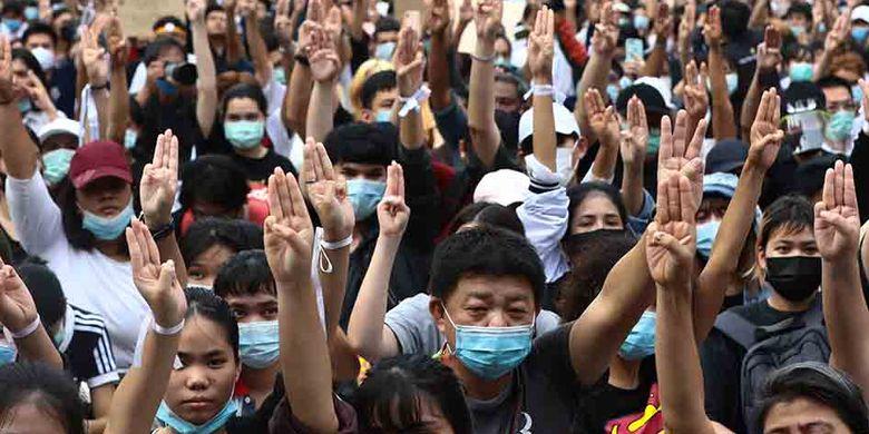 Massa pro-demokrasi menggelar aksi unjuk rasa menentang dekrit darurat oleh Pemerintah Thailand, di Bangkok, Thailand, Kamis (15/10/2020). Puluhan ribu orang turun ke jalan memprotes keputusan Pemerintah mengeluarkan dekrit darurat yang melarang kerumunan dan pembatasan media.