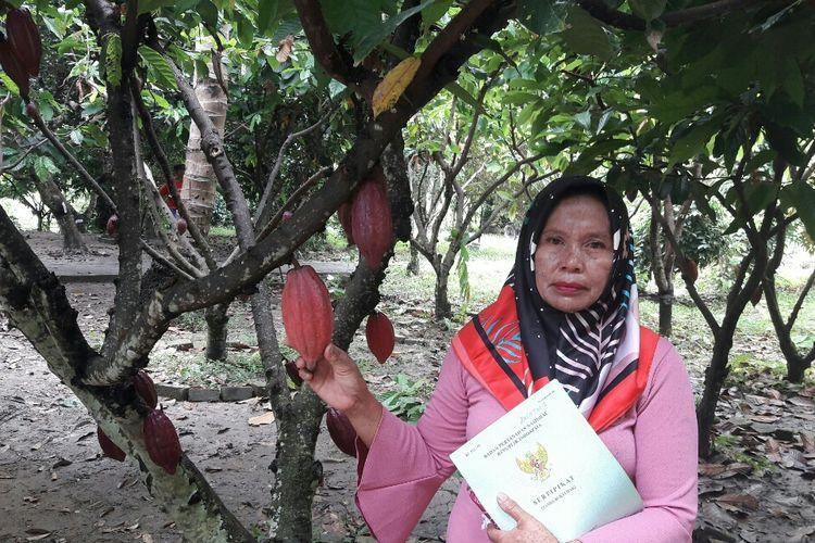Nurnani, salah seorang petani Kakao di Kelurahan Lalombaa, Kecamatan Kolaka, Sulawesi Tenggara penerima sertifikat tanah gratis dari pemerintah.