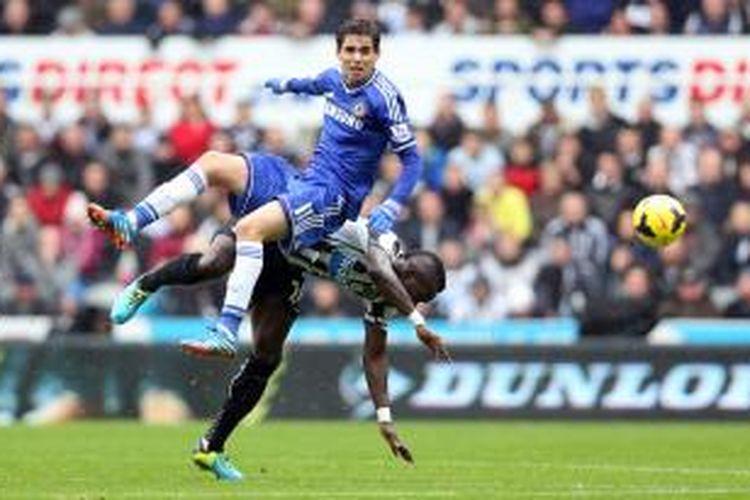 Gelandang Chelsea Oscar (kiri) berebut bola dengan pemain Newcastle United dari Pantai Gading, Cheick Tiote, dalam pertandingan Premier League, Sabtu (2/11/2013).