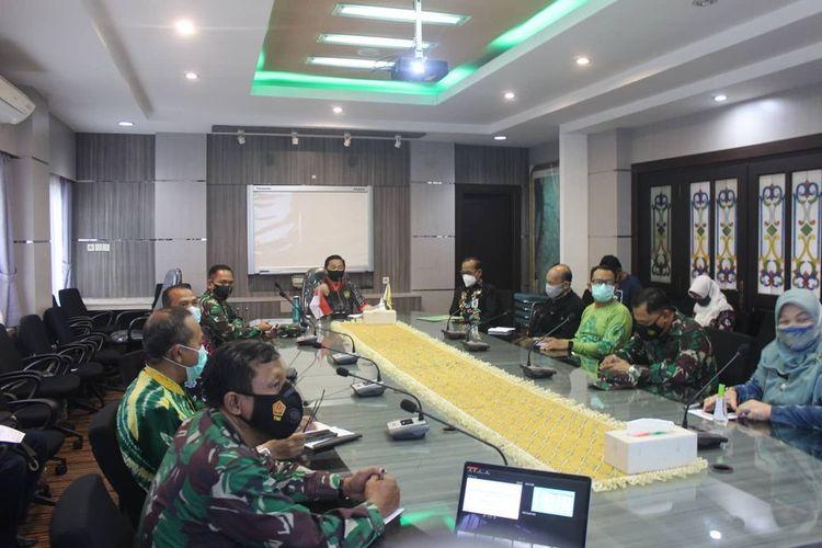 Wali Kota Banjarmasin, Ibnu Sina (tengah) memimpin rapat koordinasi persiapan penerapan PPKM, Jumat (8/1/2021).