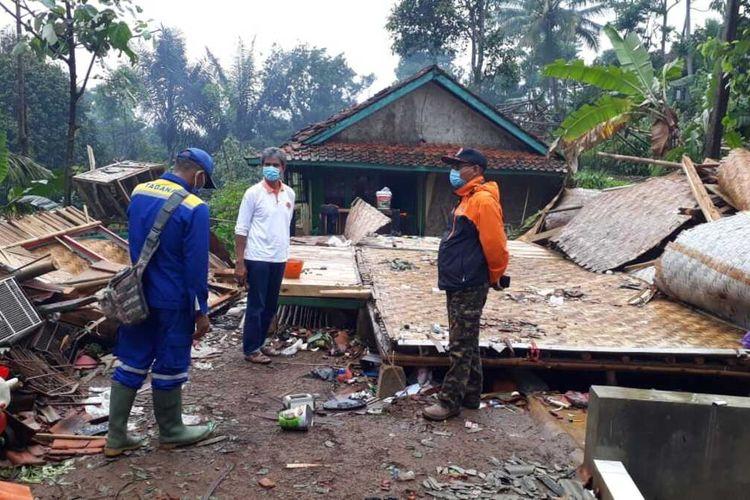 Petugas BPBD mengecek rumah-rumah rusak akibat bencana angin puting beliung di Desa Tugubandung, Kecamatan Kabandungan, Sukabumi, Jawa Barat, Jumat (30/10/2020).