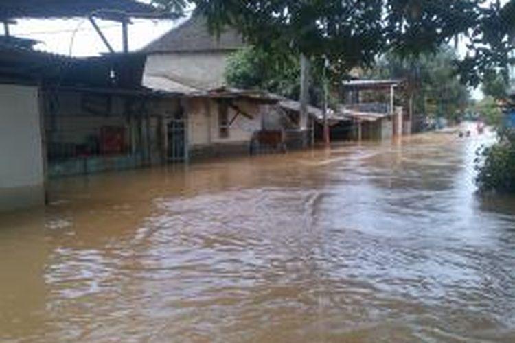 Luapan Kali Sunter akibat hujan yang terjadi sejak Jumat (28/3/2014) sore menyebabkan ratusan pemukiman warga di Kelurahan Cipinang Melayu, Kecamatan Makasar, Jakarta Timur, terendam banjir. Ketinggian air pun sempat menyentuh 2 meter pada Sabtu (29/3/2014) pagi tadi.