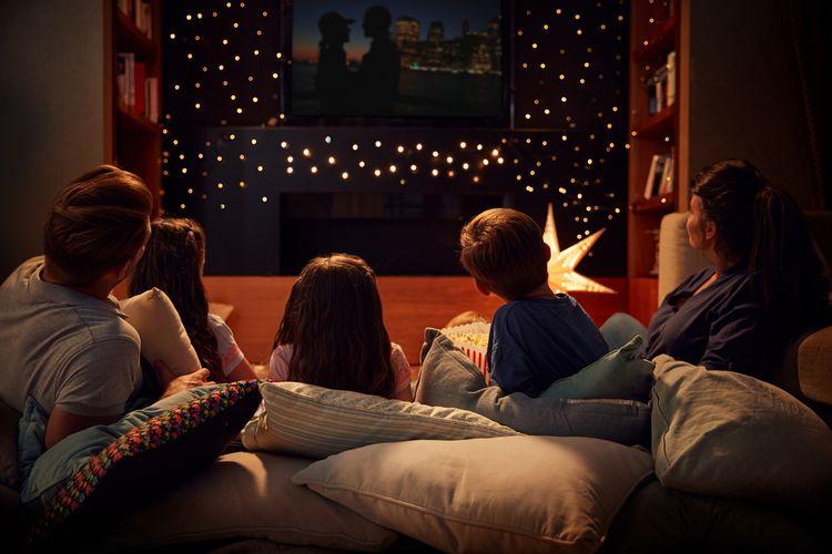 Ilustrasi sebuah keluarga menonton film bersama di rumah.