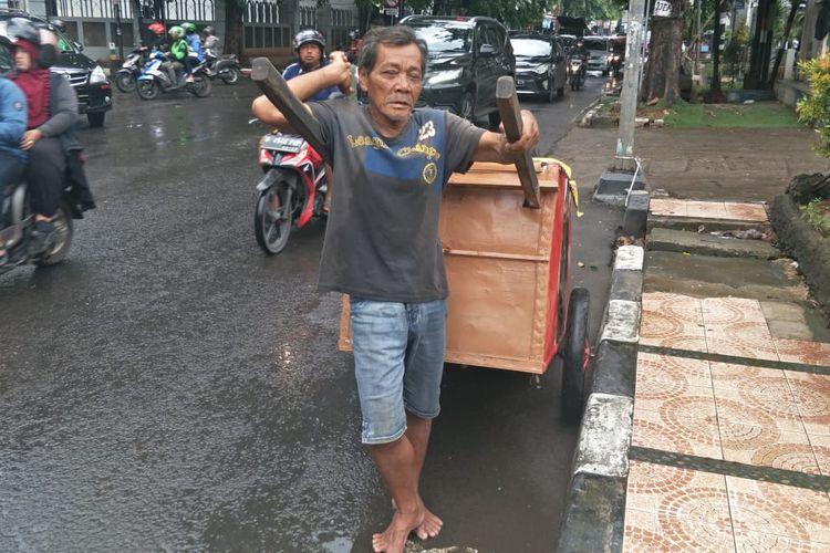 Samsudin (60), pemulung di Juanda, Bekasi yang tidak khawatir virus corona, Rabu (4/3/2020).