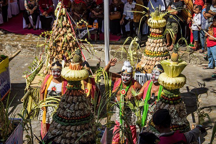 Tokoh Punakawan dalam Pewayangan Jawa yang ikut dalam acara Kirab Gunungan Ketupat di Klaten, Rabu (12/06/2019)/