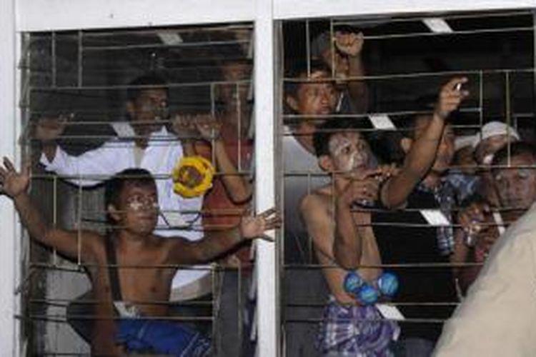 Narapidana menggelar protes di Lapas Labuhan Ruku, Kabupaten Batubara, Sumut, yang dibakar dalam kerusuhan, 18 Agustus 2013. Sebanyak 30 narapidana melarikan diri dengan memanjat dinding penjara.
