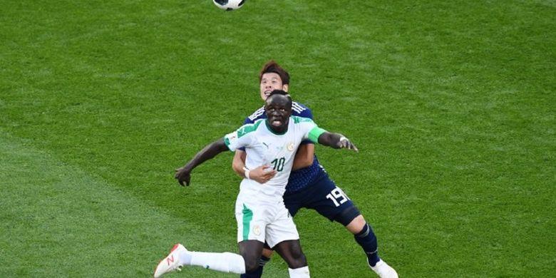 Hiroki Sakai mengawal Sadio Mane pada pertandingan Jepang vs Senegal di Yekaterinburg, 24 Juni 2018.