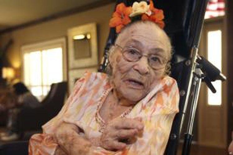 Gertrude Weaver berpose di pusat kesehatan dan rehabilitasi Silver Oaks di Camden, Arkansas, sehari sebelum ulang tahunnya ke-116, 3 Juli 2014.