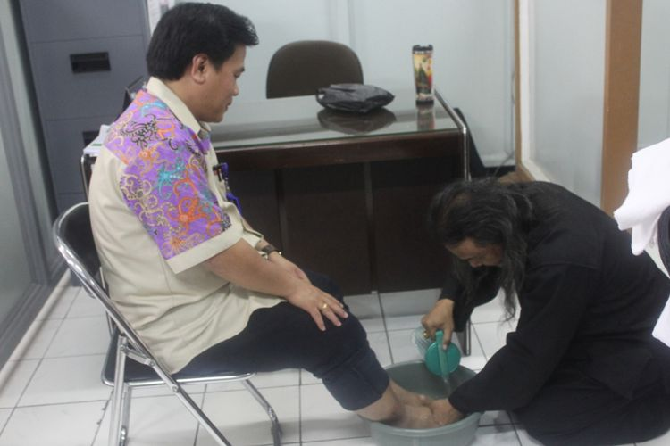 Pastor Kepala Reksa Pastoral Kampus Universitas Katolik Soegijapranata Semarang, Aloysius Budi Purnomo Pr, membasuh kaki Rektor Ridwan Sanjaya sebelum perayaan Paskah.