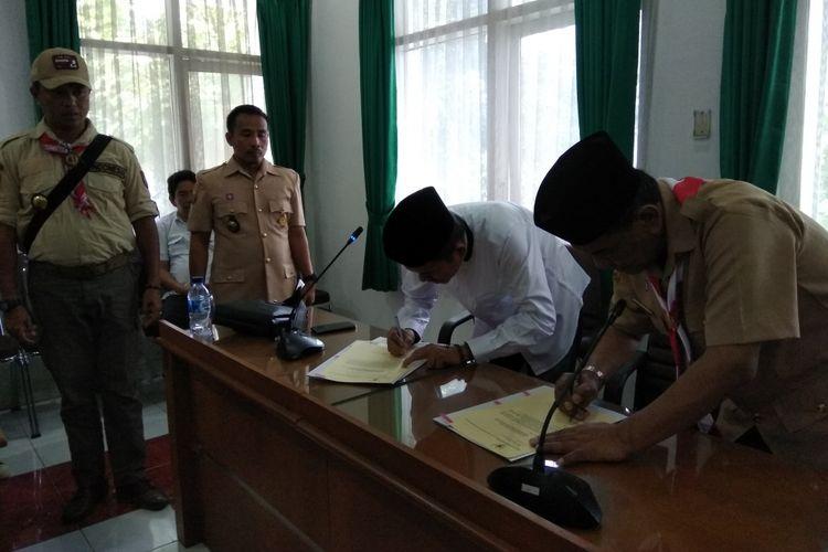 Bupati Purwakarta Dedi Mulyadi dan Kepala Kantor Kemenag Kabupaten Purwakarta HE Sutisna menandatangani nota kesepahaman tentang program pendidikan full day school berbasis madrasah dan pesantren, Senin (14/8/2017).