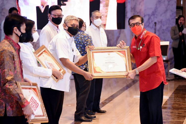 LAN menerima penghargaan dari Kemenkumham atas Dukungan dalam Pengembangan Inovasi dan Peningkatan Kompetensi Sumber Daya Manusia Kemenkumham.