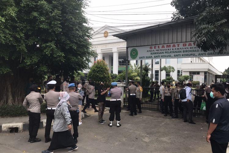 Massa simpatisan Rizieq Shihab mulai meninggalkan kawasan Pengadilan Negeri Jakarta Timur, Cakung, Jakarta Timur pada Selasa (16/3/2021) siang.