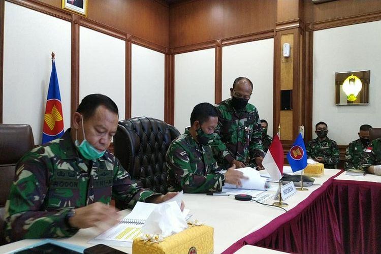 contoh bentuk kerja sama ASEAN bidang politik dan keamanan: pertemuan ASEAN Defence Senior Officials? Meeting (ADSOM) secara daring melalui video conference pada Jumat, 15 Mei 2020 di kantor Kementerian Pertahanan, Jakarta.