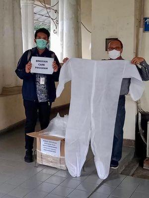 Binusian Care Siaga Covid-19 menyalurkan bantuan sebanyak 100 alat perlindungan diri (ADP) berupa baju kepada Rumah Sakit PGI Cikini dan telah diterima Dr. Alphinus Kambodji.