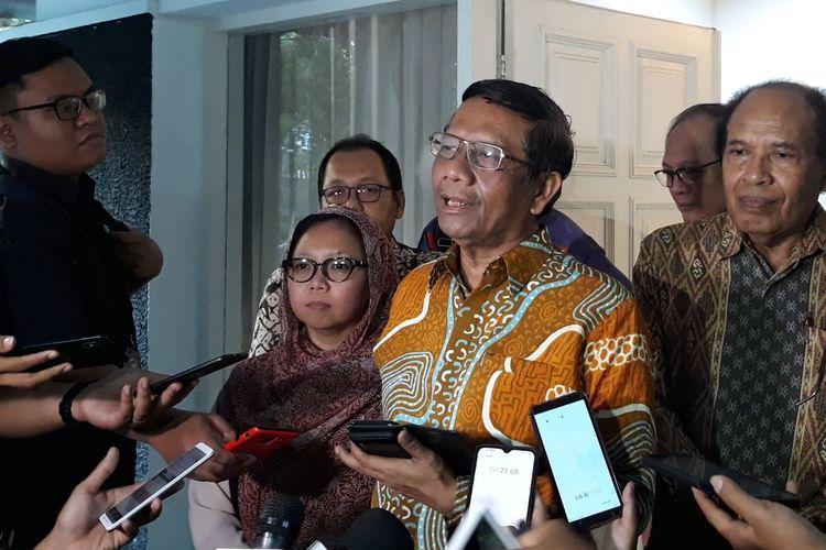 Gerakan Suluh Kebangsaan yang dipimpin Mahfud MD usai bertemu dengan Wakil Presiden ke-6 RI, Try Sutrisno, di kawasan Menteng, Jakarta Pusat, Kamis (3/10/2019).