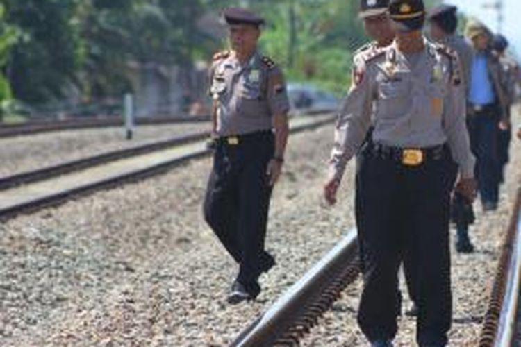 Aparat Polres Sukoharjo, melakuan sidak jalur kereta api, Selasa (30/7/2013), untuk persiapan menyambut arus mudik Lebaran 2013.