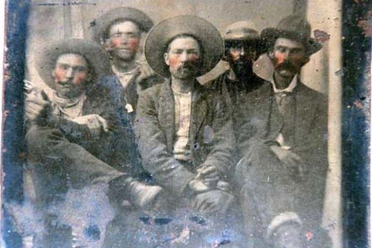 Pakar sejarah meyakini foto ini merupakan Billy The Kid (dua dari kiri) bersama Pat Garret (kanan belakang). (BBC)