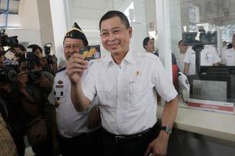 Menteri Perhubungan Ignasius Jonan menunjukkan tiket saat meninjau Stasiun Palmerah, Jakarta Pusat, usai peresmian, Senin (6/7/2015). Stasiun ini baru saja rampung direvitalisasi yang menghabiskan sekitar Rp 36 miliar dana APBN.