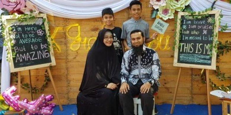 Fatimah Berliana Monica (kiri depan), seorang pengidap penyakit autoimun, berfoto bersama keluarganya.