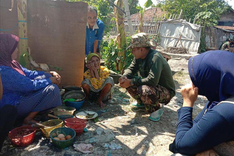 Komandan Kodim 0716 Demak, Letkol Infantri Abi Kusnianto, asyik berbincang dengan  Mbah Yatin (85), penerima program bedah TMMD reguler ke 105 ,  di Desa Kaliondang , Kecamatan Demak Kota, Kabupaten Demak, Jateng, Sabtu (13/7/2019).