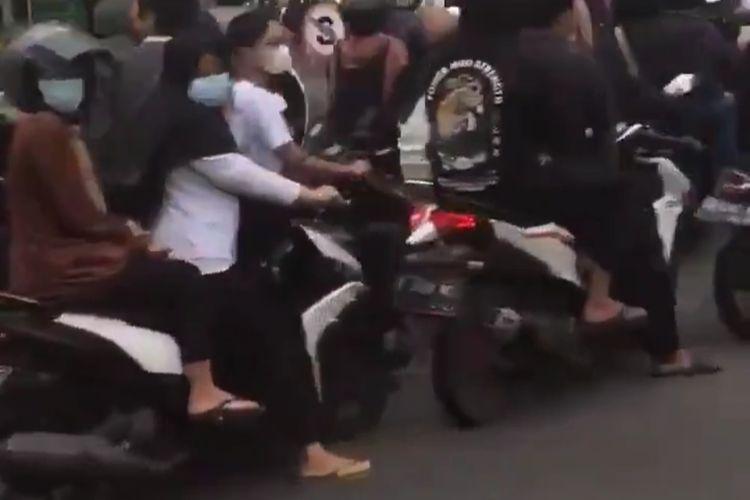 Foto tangkapan layar kerumunan saat antre takjil di UMY