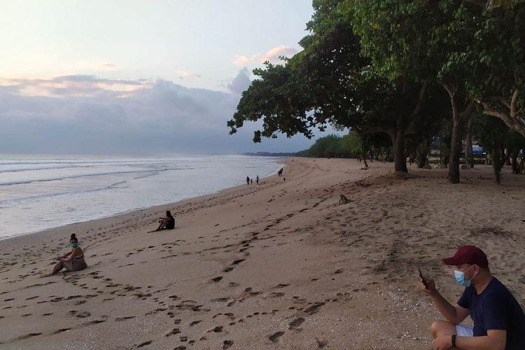 Sejumlah pengunjung mulai berdatangan ke Pantai Kuta