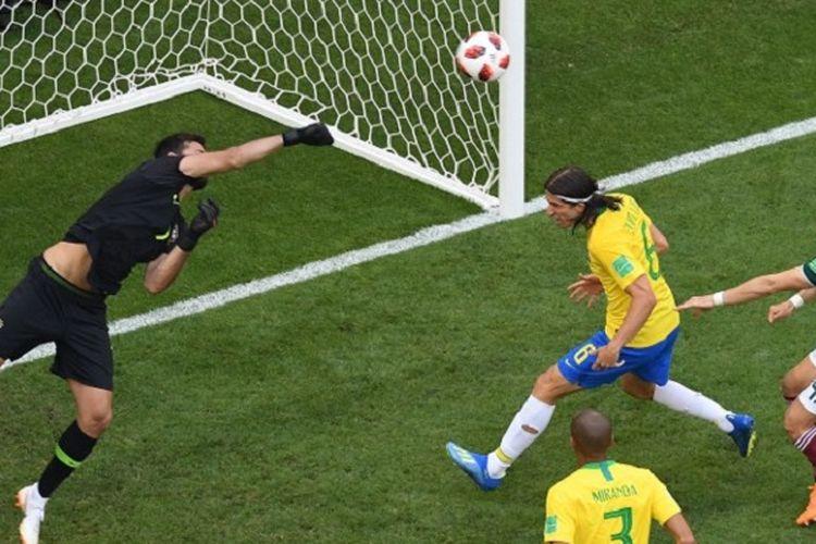 Kiper Brasil, Alisson Becker, melakukan penyelamatan dari usaha para pemain Meksiko mencetak gol pada laga 16 besar Piala Dunia 2018 di Samara Arena, 2 Juli 2018.
