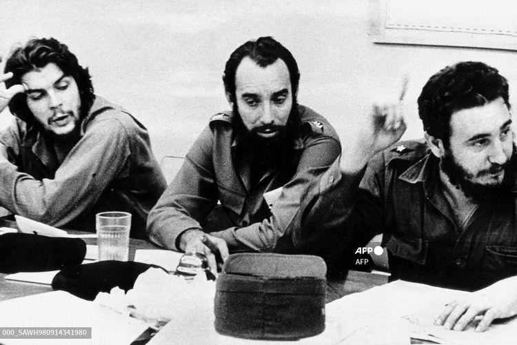 File foto tahun 1960 ini menunjukkan pahlawan revolusi Kuba Ernesto Che Guevara (Kiri) dan Cap. Antonio Nunez Jimenez (Tengah) mendengarkan Fidel Castro (Kanan) pada rapat kerja di Havana.