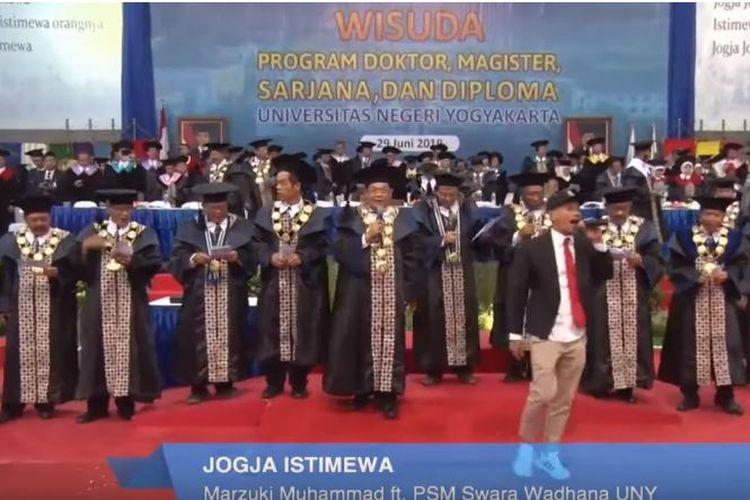 Aksi Rektor, pimpinan, dan Guru Besa Universitas Negeri Yogyakarta saat bawakan lagu hip hop berjudul Jogja Istimewa, Sabtu (29/6/2019).