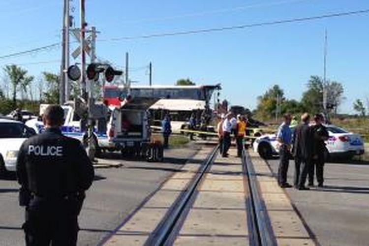 Polisi berada di lintasan kereta api di pinggiran ibu kota Kanada, Ottawa untuk menyelidiki tabrakan antara sebuah bus tingkat dan kereta api yang menewaskan sedikitnya lima orang penumpang bus.