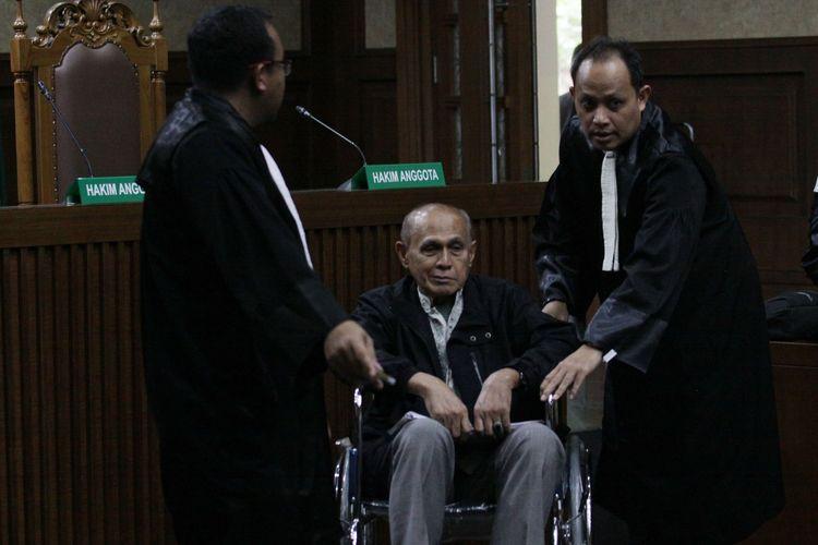 Terdakwa kasus dugaan kepemilikan senjata api ilegal  Kivlan Zen (tengah) didampingi penasehat hukumnya mengikuti sidang pembacaan dakwaan di Pengadilan Negeri Jakarta Pusat, Jakarta, Selasa (10/9/2019). Jaksa penuntut umum mendakwa Kivlan Zen menguasai empat pucuk senjata api dan 117 peluru tajam secara ilegal.