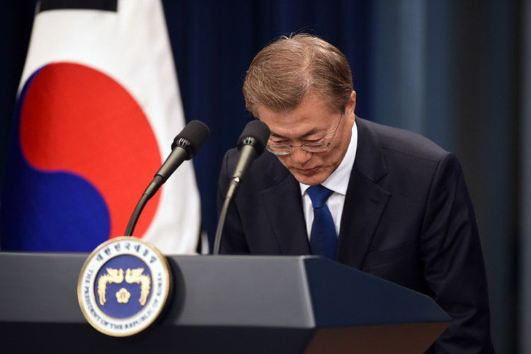 Presiden baru Korea Selatan Moon Jae-In memberi hormat dengan membungkukkan badannya dalam jumpa pers di Blue House, Seoul, Rabu (10/5/2017).