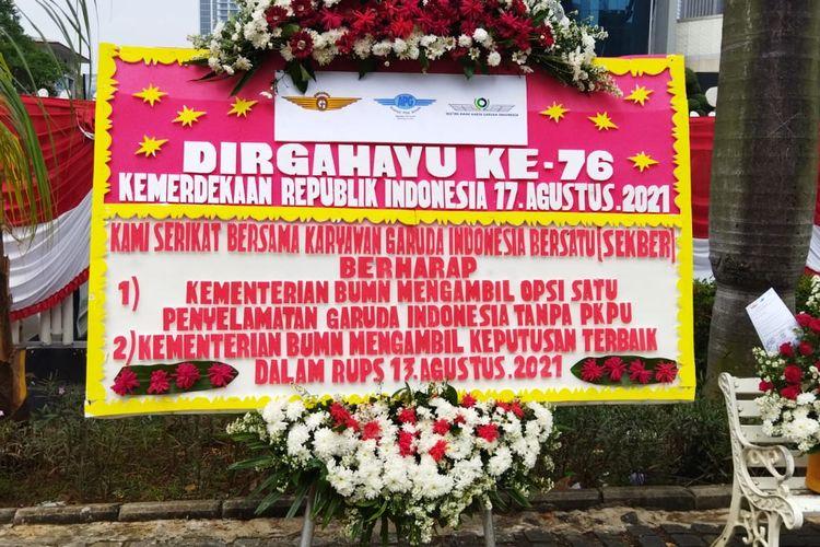 Karangan bunga Serikat Bersama Karyawan Garuda Indonesia yang bertuliskan permohonan agar pemerintah tidak mengambil opsi Penundaan Kewajiban Pembayaran Utang (PKPU) untuk menyelamatkan Garuda Indonesia yang tengah terlilit utang.