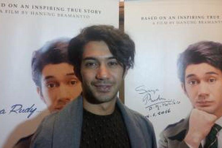 Artis peran Reza Rahadian.