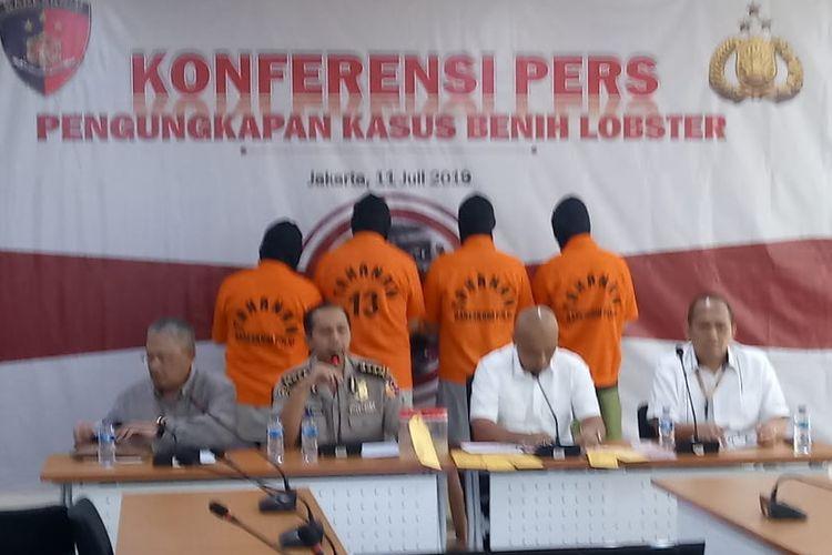 Kepala Subdirektorat 4 Direktorat Tindak Pidana Tertentu Bareskrim Polri Kombes Parlindungan Silitonga (paling kanan) di Gedung Bareskrim Polri, Jakarta Selatan, Kamis (11/7/2019).