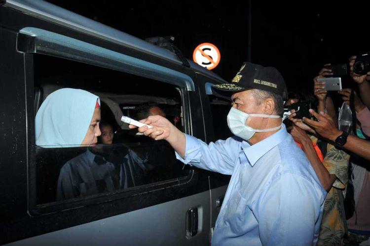 Wakil Gubernur Sumbar Nasrul Abit meninjau posko corona di perbatasan dan ikut memeriksa suhu orang yang masuk Sumbar di Limapuluh Kota, Jumat (20/3/2020)