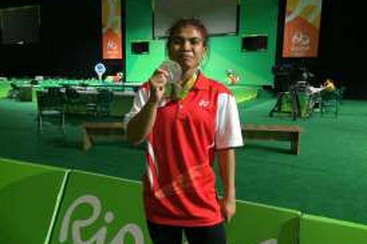 Lifter Sri Wahyuni memamerkan medali perak yang diraihnya di kelas 48 kg, Sabtu (6/8/2016).