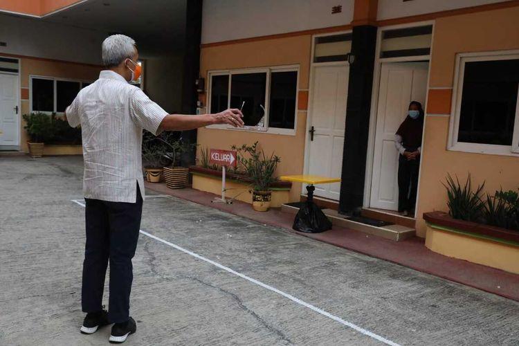 Gubernur Jateng Ganjar Pranowo menyapa pasien Covid-19 yang sedang menjalani isolasi mandiri di Hotel Kencana, Kabupaten Pati, Selasa (15/6/2021).