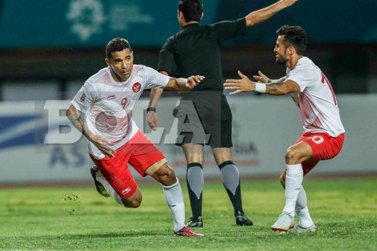 Selebrasi penyerang tim nasional U-23 Indonesia, Alberto Goncalves, seusai mencetak gol ke gawang Laos, pada pertandingan lanjutan Grup A sepak bola Asian Games 2018, di Stadion Patriot, Jumat (17/8/2018).