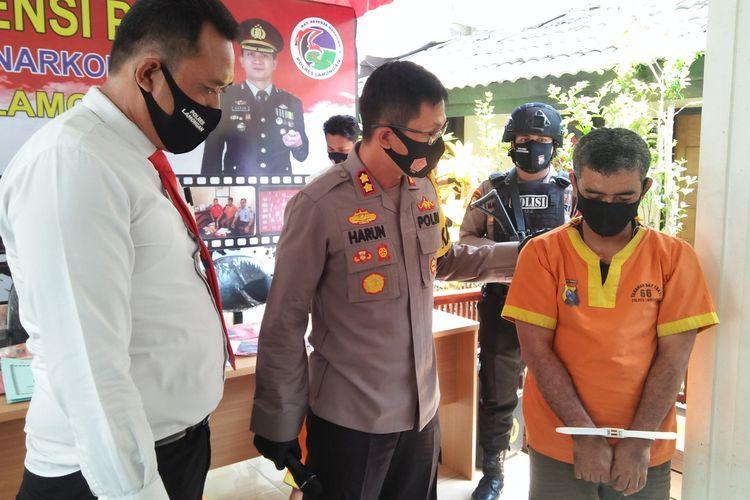 Kapolres Lamongan AKBP Harun didampingi Kasatnarkoba Polres Lamongan Iptu Khusen, saat bertanya kepada AHN dalam rilis pengungkapan kasus di Mapolres Lamongan, Senin (7/9/2020).