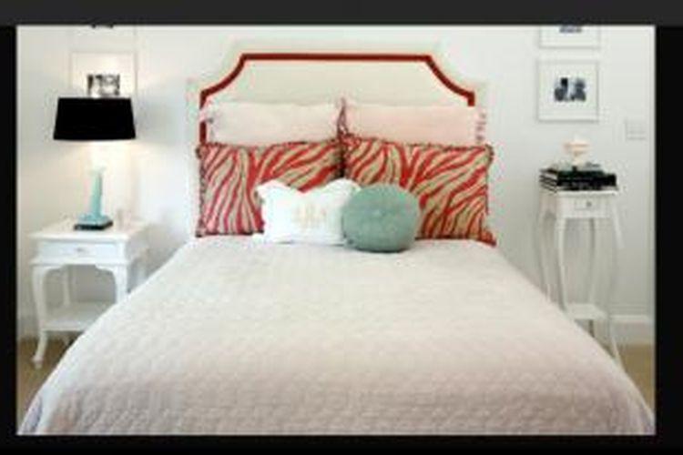 Anda tak perlu lagi bersikeras menyeragamkan semua furnitur di dalamnya. Anda bisa mulai menerapkan ini dengan menggunakan dua meja sisi atau nightstand berbeda di sisi kanan dan kiri tempat tidur.