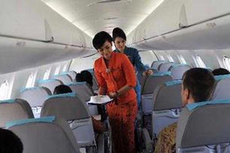 Pramugari Garuda Indonesia melayani penumpang yang mengikuti inaugural flight pesawat terbarunya Bombardier CRJ1000 NextGen dari Makassar tujuan Jakarta, Jumat (12/10/2012). Pesawat pertama dari 18 yang dipesan tersebut nantinya akan melayani penerbangan dari HUB Makassar ke beberapa kota di Indonesia Timur di antaranya Ternate, Mataram, Kendari, Surabaya, dan Bali.