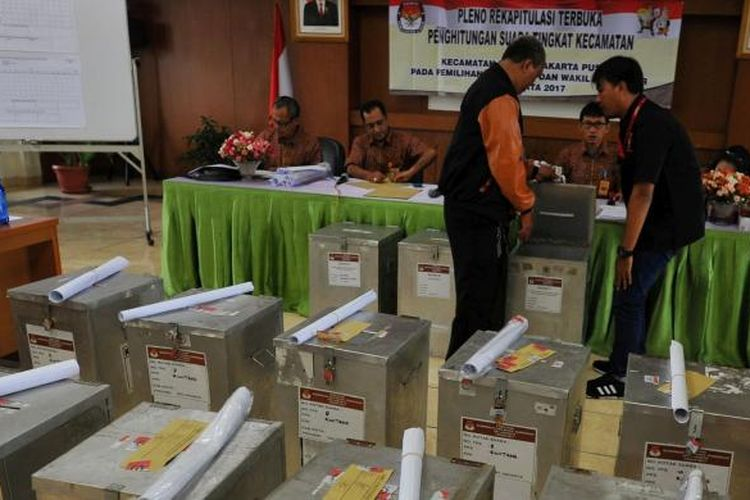 Panitia Pemungutan Kecamatan Senen melakukan rekapitulasi hasil penghitungan suara dalam Pilkada DKI Jakarta 2017 di Kantor Kecamatan Senen, Jakarta Pusat, Kamis (16/2/2017). Rekapitulasi di tingkat kecamatan dijadwalkan selesai dalam kurun waktu satu minggu untuk kemudian dilanjutkan rekapitulasi di tingkat kabupaten/kota.
