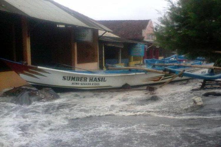 ILUSTRASI: Banjir rob dan gelombang pasang