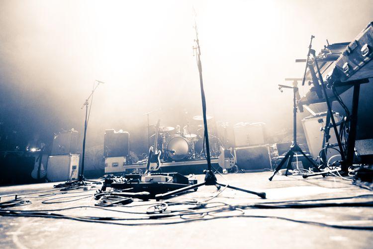 Ilustrasi panggung konser musik kosong.