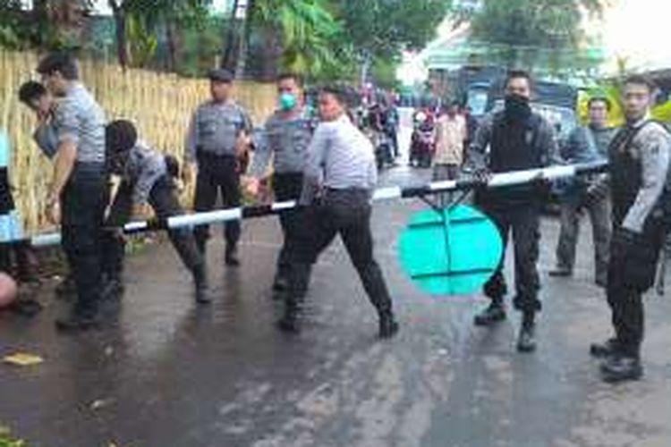 Pasukan dari Satuan Bhayangkara Polres Probolinggo membongkar portal di jalan desa di kompleks padepokan. Portal itu membuat warga tak bisa melewati jalan desa dengan leluasa.