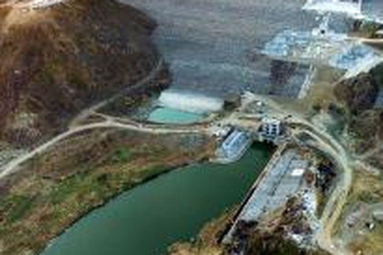 Bangunan dam di Waduk Jatigede, Kabupaten Sumedang, Jawa Barat, resmi diairi untuk tahap I, Senin (31/8/2015).