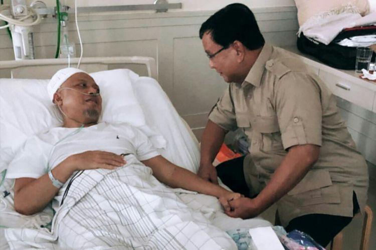 Calon presiden nomor urut 02 Prabowo Subianto menjenguk Ustaz Arifin Ilham di Rumah Sakit Cipto Mangunkusumo (RSCM), Jakarta, Rabu (9/1/2018)